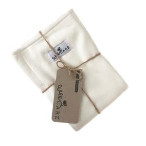 Prefold - stofble indlæg fra WeeCare, bundet sammen med hampsnor og et hangtag af genbrugspap.